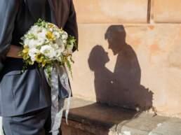 Le ombre degli sposi con il bouquet