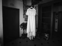 L'abito della sposa appeso alle scale