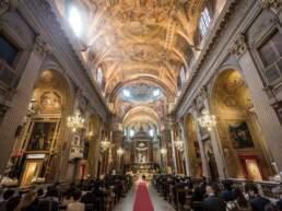 L'interno sontuoso della chiesa