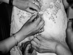 L'abbottonatura dell'abito della sposa
