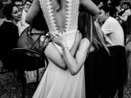 Un abbraccio delle amiche della sposa