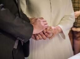 Le mani congiunte degli sposi all'atto dello scambio delle promesse