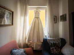 L'abito della sposa appeso alla finestra