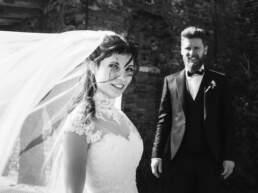 Due sposi con la sposa in primo piano