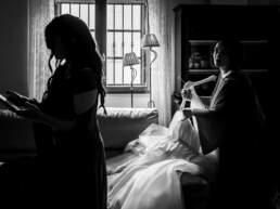 La testimone prepara l'abito nuziale