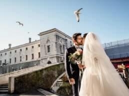 Gli sposi si scambiano un bacio tra le calli di Chioggia
