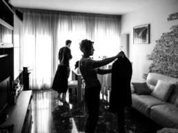Lo sposo inizia la preparazione aiutato dalla madre