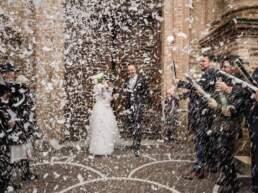 Gli sposi escono dalla chiesa immersi dai coriandoli