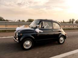 Gli sposi si dirigono al ricevimento nuziale a bordo della loro Fiat 500
