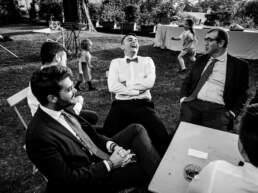 Alcuni invitati scherzano durante il ricevimento nuziale