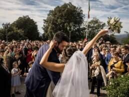 Gli sposi si scambiano un bacio all'uscita della chiesa