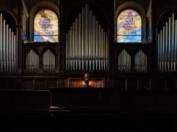 L'organista annuncia il termine della cerimonia