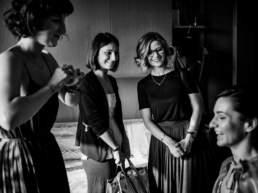 Le testimoni scherzano con la sposa