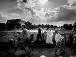Gli sposi passeggiano sul ponte di Tiberio a Rimini
