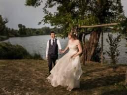 Gli sposi si rincorrono fuori dalla villa del ricevimento nuziale