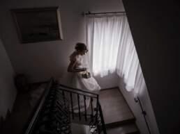 La sposa scende le scale per andare in chiesa