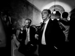 Alcuni invitati fumano il sigaro