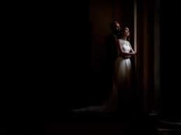 Gli sposi guardano abbracciati fuori dalla finestra