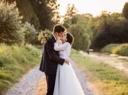 Gli sposi si scambiano un bacio fuori dalla villa del ricevimento nuziale