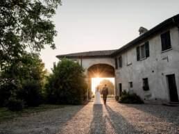 Gli sposi escono dalla villa del ricevimento nuziale