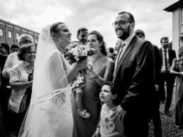 La sposa chiacchiera con gli invitati all'uscita della chiesa