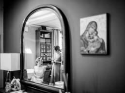 La sposa chiacchiera con un'amica al termine della vestizione