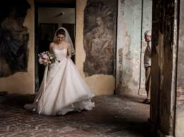 La sposa esce dalle stanze della chiesa