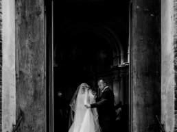 La sposa entra in chiesa insieme al padre