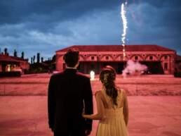 Gli sposi guardano i fuochi d'artificio
