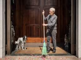 Il diacono pulisce l'ingresso della chiesa dai coriandoli