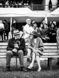 Due persone chiacchierano su una panchina al GP di Merano