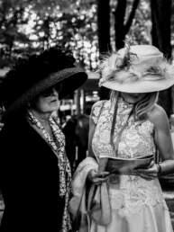 Due signore con gli esuberanti cappelli al GP di Merano