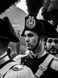 Un carabiniere in divisa a cavallo al GP di Merano