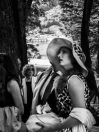 Una ragazza osserva in alto al GP di Merano