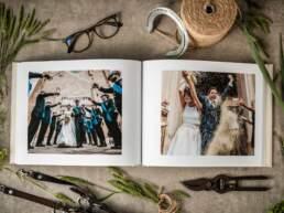 Vista dall'alto di Album di Matrimonio tipologia Fotolibro in Carta Cotone 100% Fine-Art con rilegatura giapponese aperto con foto degli sposi