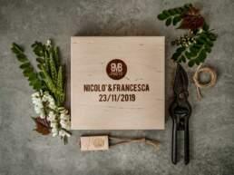 Vista dall'alto del cofanetto in legno BMBphoto collezione 2019/2020 con Nomi degli sposi e data della cerimonia
