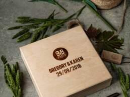 Cofanetto in legno BMBphoto collezione 2019/2020 con Nomi degli sposi e data della cerimonia, visto dall'alto storto